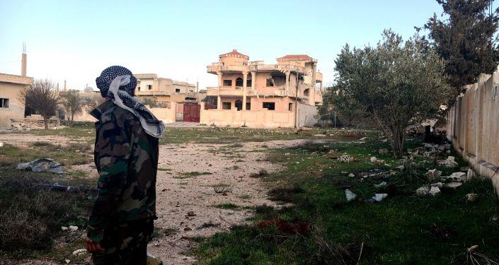 Żołnierz Syryjskiej Arabskiej Armii na terenie wyzwolonej wsi Osman w prowincji Dera