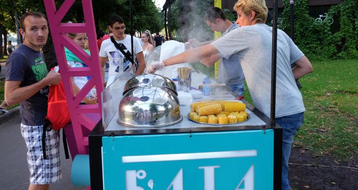 Uliczne jedzenie. Park Gorkiego w Moskwie
