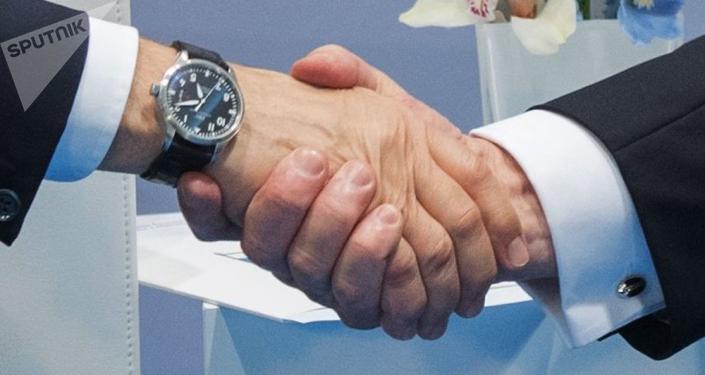 Uścisk dłoni prezydenta Rosji Władimira Putina i prezydenta USA Donalda Trumpa w czasie rozmowy na marginesie szczytu G-20 w Hamburgu