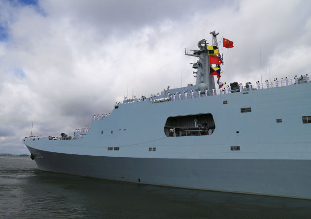 Żołnierze chińskiej armii wypływają z portu Zhanjiang