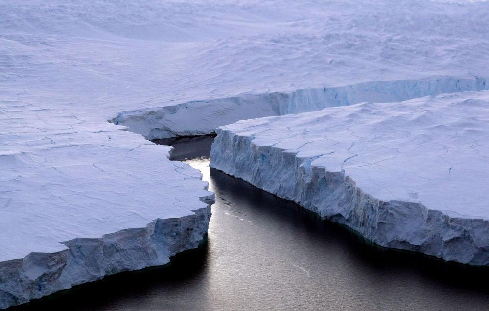 Pęknięta góra lodowa w Antarktydzie