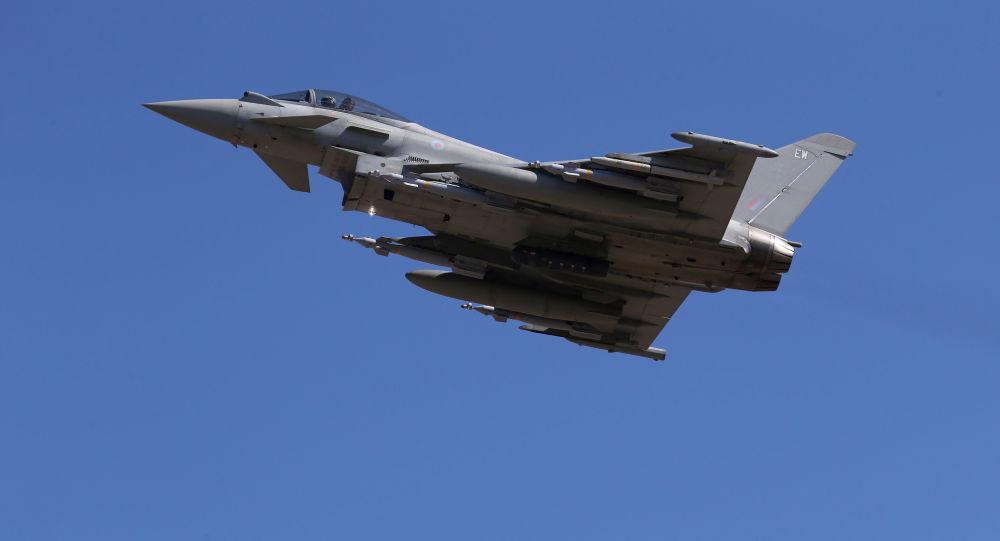 Myśliwiec Eurofighter Typhoon Sił Powietrznych Wielkiej Brytanii podczas lotu
