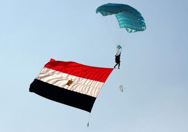 Żołnierz z egipską flagą podczas rosyjsko-egipskich ćwiczeń antyterrorystycznych