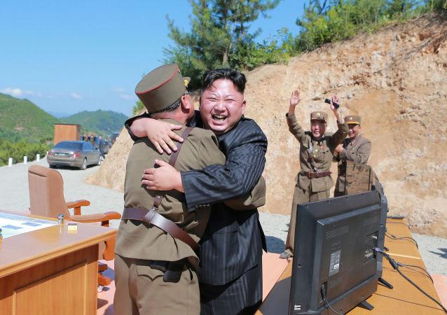 Kim Dzong Un po udanej próbie rakiety Hwasong-14