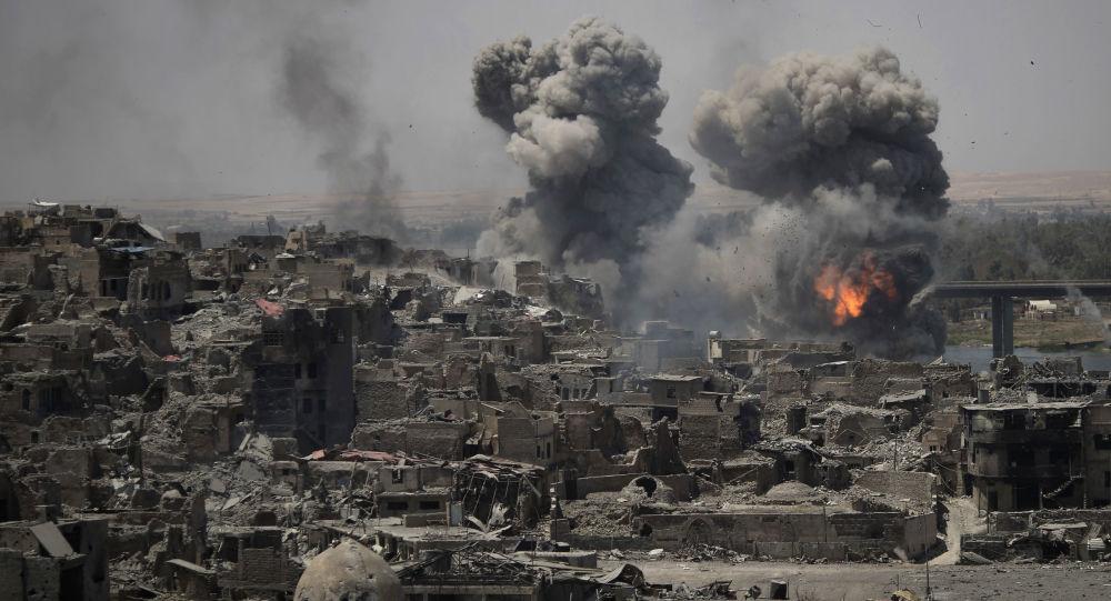 Naloty na terrorystów Daesh w rejonie Starego Miasta w Mosulu, Irak