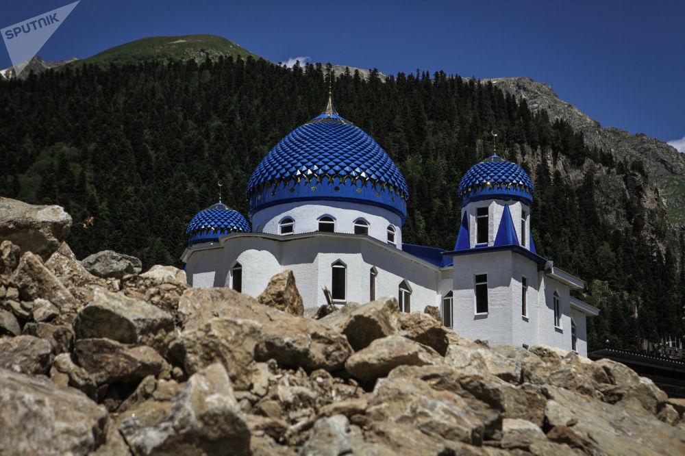 Latem Dombaj jest nie mniej ciekawy niż w sezonie narciarskim. Kurort leży na terenie Teberdyńskiego Rezerwatu Przyrody i od Dombajskiej Polany prowadzą liczne piesze ścieżki prowadzące do pomników przyrody wpisanych na listę Światowego Dziedzictwa UNESCO.