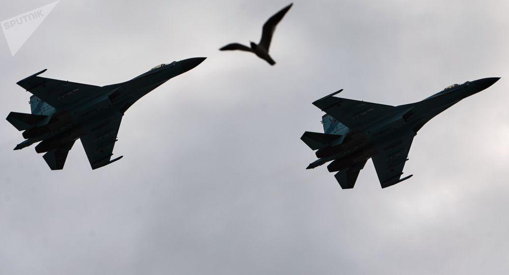 Samoloty przechwytujące Su-27 nad Placem Pałacowym w Petersburgu