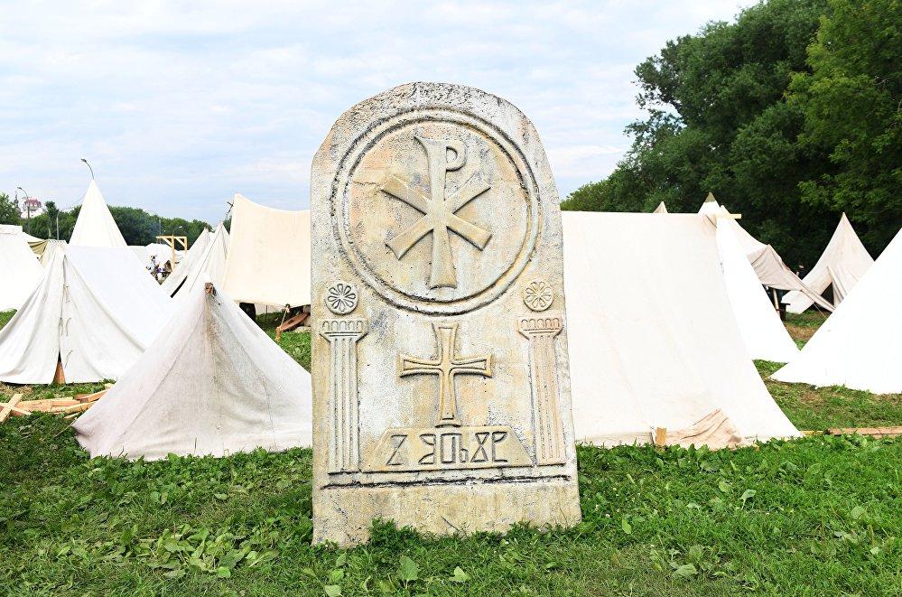 Obóz namiotowy rekonstruktorów podczas festiwalu Bitwa tysiąca mieczy. Ragnarök 2017 w moskiewskim parku Kolomienskoje.