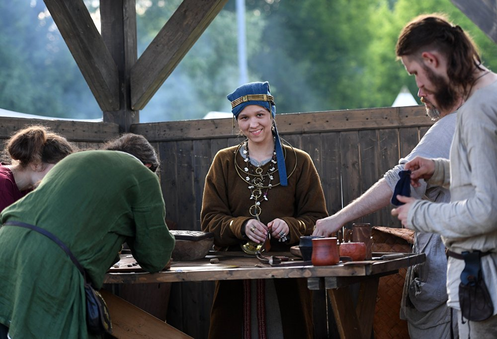 Jarmark w obozie rekonstruktorów podczas festiwalu Bitwa tysiąca mieczy. Ragnarök 2017 w moskiewskim parku Kolomienskoje.