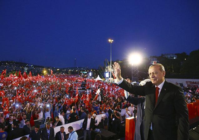 Recep Tayyip Erdogan podczas uroczystości w Stambule, 15.07.2017 r.