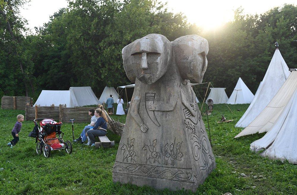 Słowiański bałwan w obozie rekonstruktorów podczas festiwalu Bitwa tysiąca mieczy. Ragnarök 2017 w moskiewskim parku Kolomienskoje.