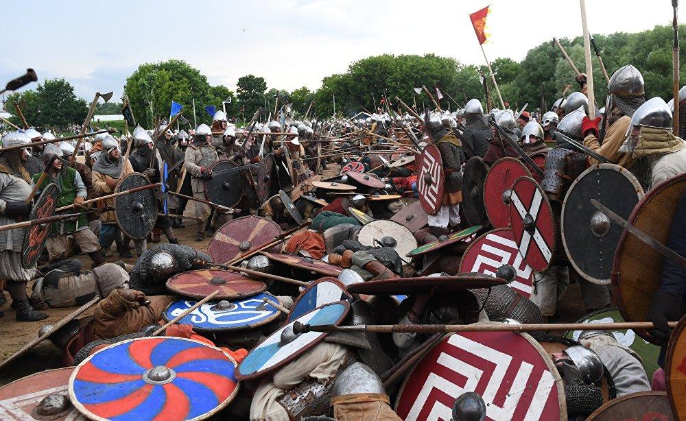 Rekonstrukcja walki podczas festiwalu Bitwa tysiąca mieczy. Ragnarök 2017 w moskiewskim parku Kolomienskoje.