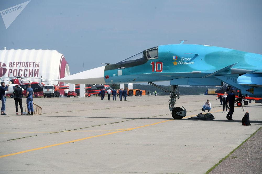 Wielozadaniowy bombowiec taktyczny Su-34 na poligonie podczas przygotowań do otwarcia Międzynarodowego Salonu Lotniczego i Kosmicznego MAKS-2017 w Żukowskim.