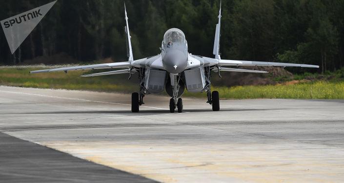 Wielozadaniowy myśliwiec MiG-29 podczas prób na poligonie rosyjskiej fabryki samolotów MiG pod Moskwą