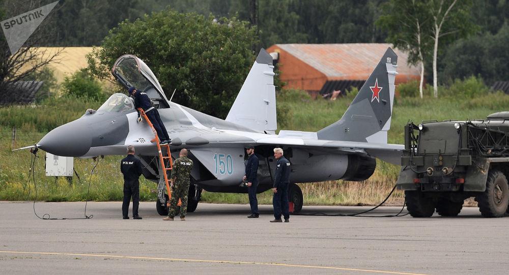 Wielozadaniowy myśliwiec MiG-29 podczas tankowania na poligonie