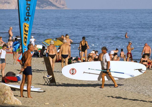Wczasowicze na plaży w Sewastopolu Jasper.