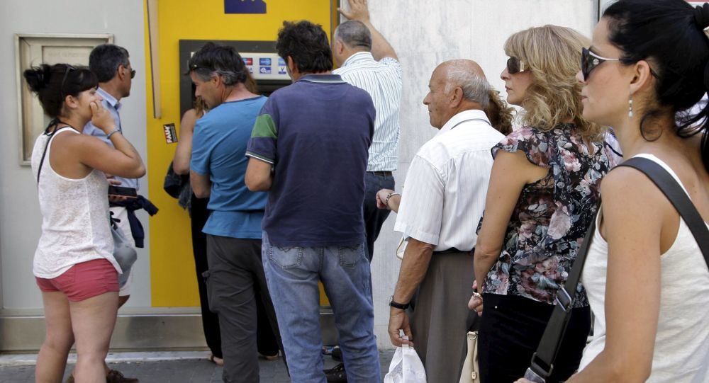 Mieszkańcy wyspy Kreta przy bankomacie