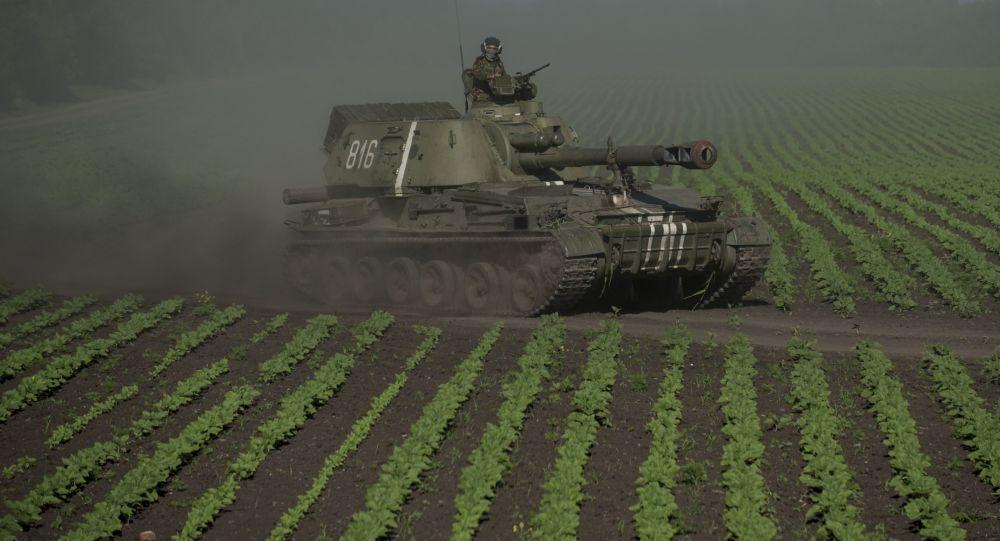 Ukraiński wojskowy na czołgu w obwodzie donieckim