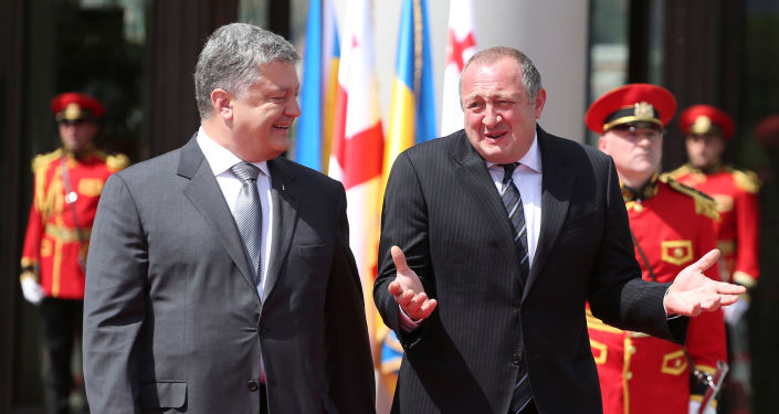Prezydent Ukrainy Petro Poroszenko i prezydent Gruzji Giorgi Margwelaszwili na uroczystości powitania w Tbilisi