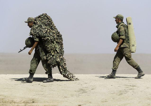 Rosyjscy żołnierze podczas ćwiczeń nad Morzem Czarnym na Krymie