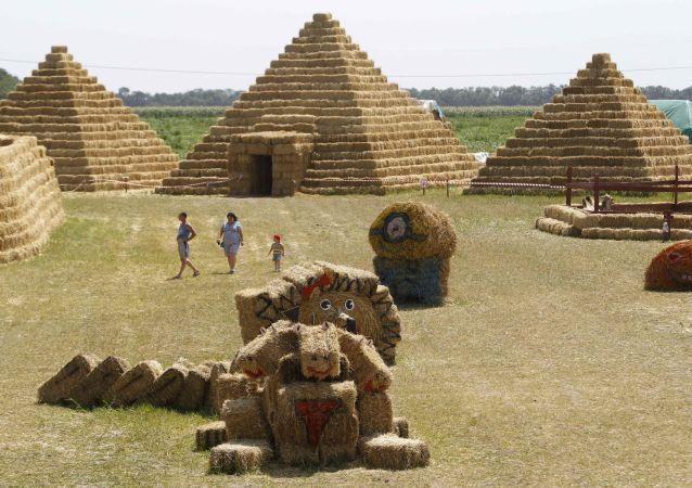 Słomiany park rozrywki na terenie farmy Ponomarevo w Kraju Stawropolskim