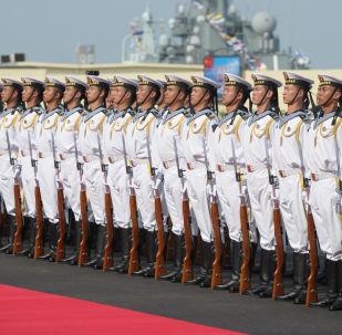 """Chińscy marynarze w centrum dowodzenia bazy morskiej """"Usun"""" w Szanghaju"""