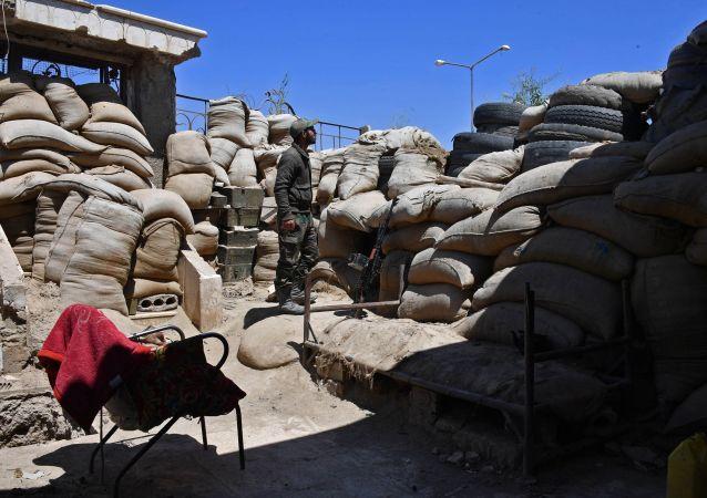 Żołnierze Gwardii Republikańskiej na obrzeżach syryjskiego miasta Dajr az-Zaur