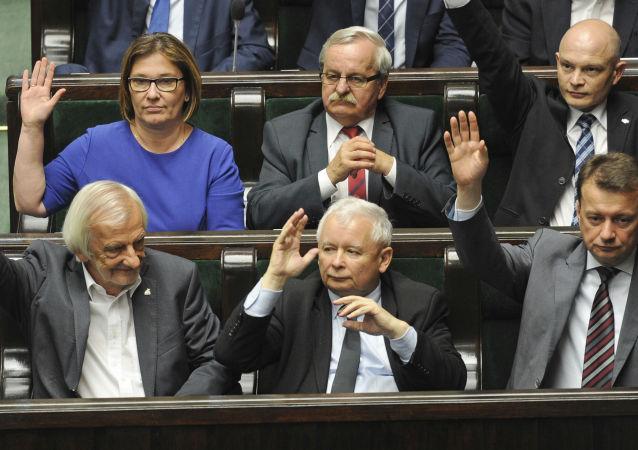 Lider partii PiS Jarosław Kaczyński głosuje za przyjęciem reformy sądownictwa w Warszawie