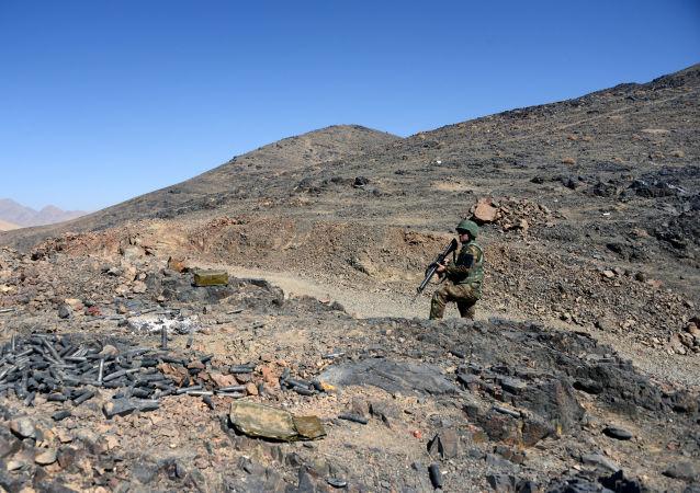 Żołnierz Afgańskiej Armii Narodowej w czasie patrolu