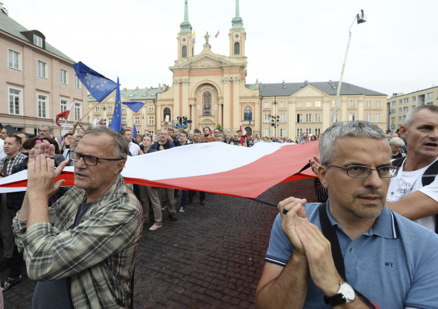 Opozycja i uczestnicy protestów przeciwko realizowanym zmianom w wymiarze sprawiedliwości domagają się, aby Duda zawetował te ustawy