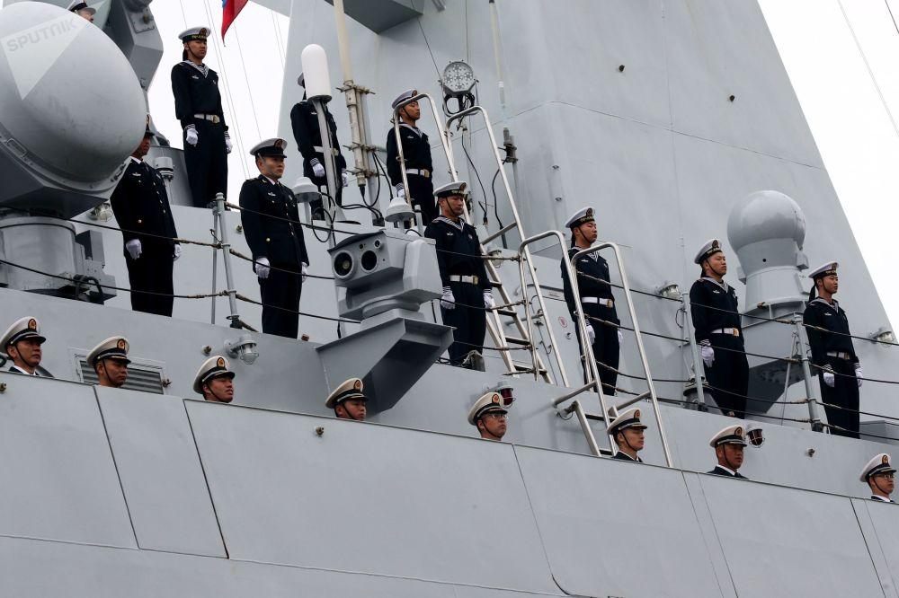 Wojskowi wojenno-morskich sił Chin przybyli do portu w Bałtyjsku