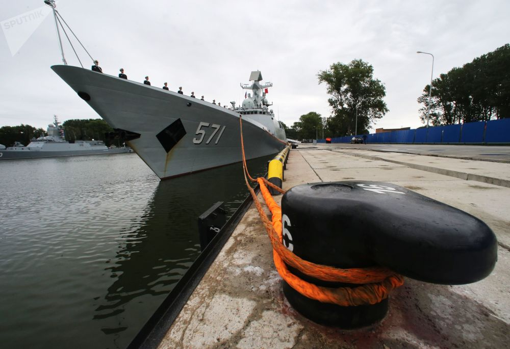 Fregata wojenno-morskich sił Chin Yuncheng w porcie Bałtyjsk