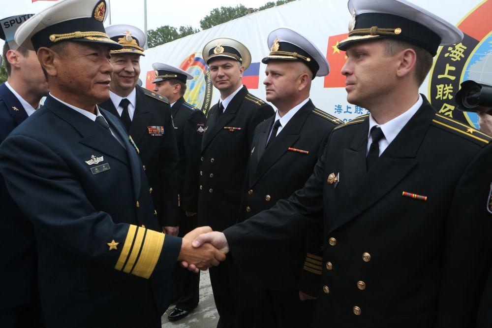 Wojskowi wojenno-morskich sił Chin podczas uroczystego spotkania w porcie Bałtyjsk