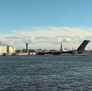 W Petersburgu po raz pierwszy podniesiono most w ciągu dnia