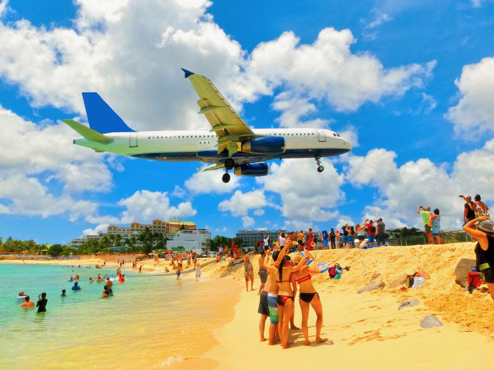 Samolot podczas lądowania na międzynarodowym lotnisku im. księżniczki Juliany na wyspie Saint Martin