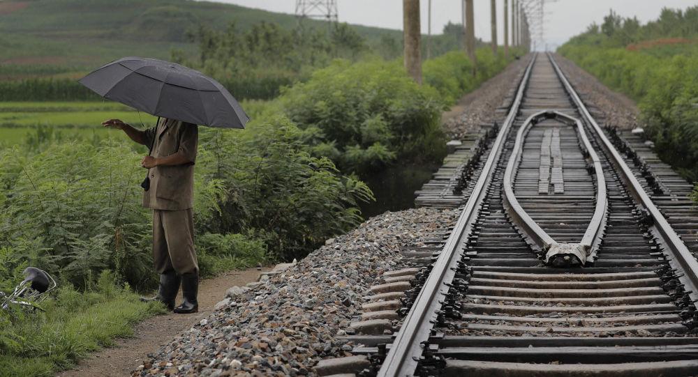 Mężczyzna przy torach w Chongjin, Korea Północna