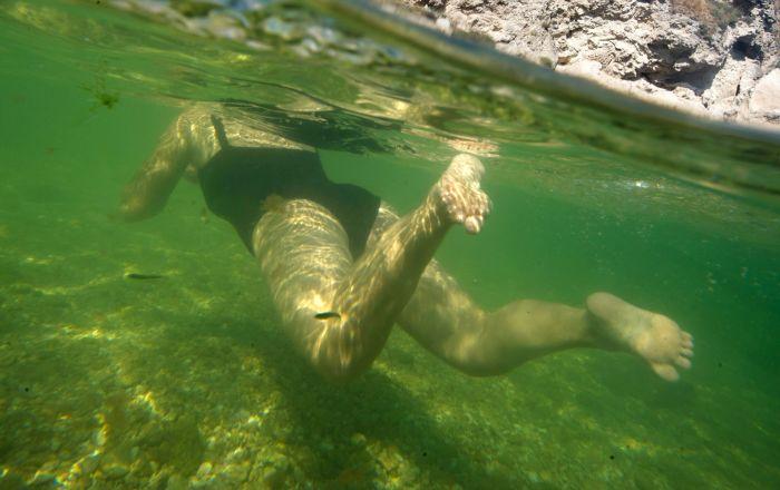 Kobieta pływająca w Morzu Azowskim