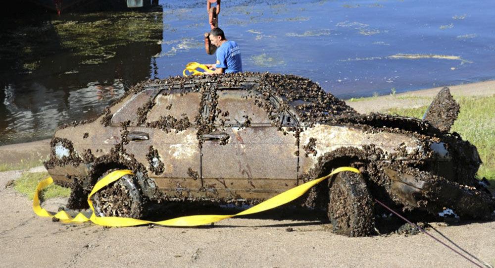 Samochód WAZ-21099 podniesiony z dna Wołgi
