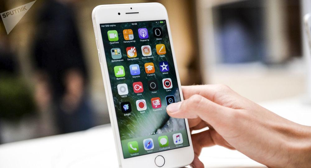 Nowy smartfon iPhone 7 w centrum handlowym w Moskwie