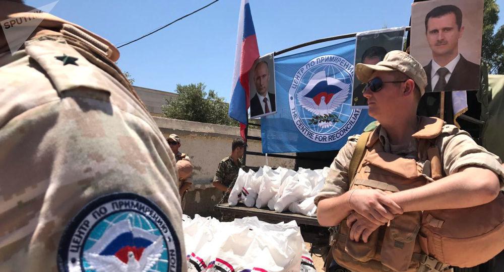Wojskowi rosyjskiego Centrum ds. Pojednania Stron Konfliktu w Syrii rozdają pomoc humanitarną w Kunajtirze