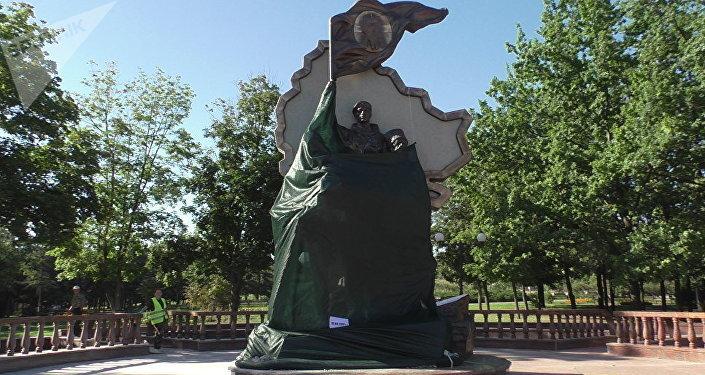 """Pomnik poległych powstańców """"Oni walczyli o Ojczyznę"""" w Ługańsku"""