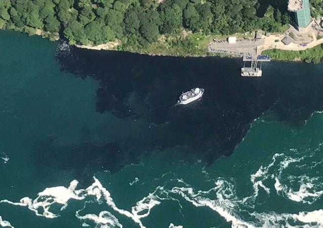 Poczerniałe wody w pobliżu wodospadu Niagara