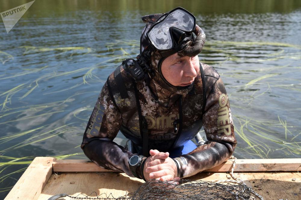 Prezydent Rosji Władimir Putin podczas podwodnego polowania w Republice Tuwa