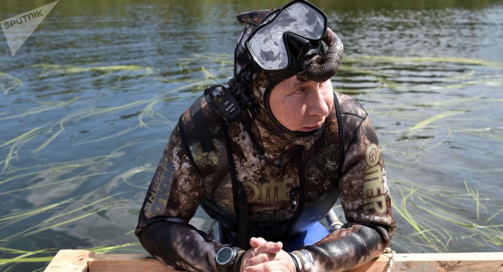 Prezydent Rosji Władimir Putin podczas podwodnego polowania w Republice Tywa