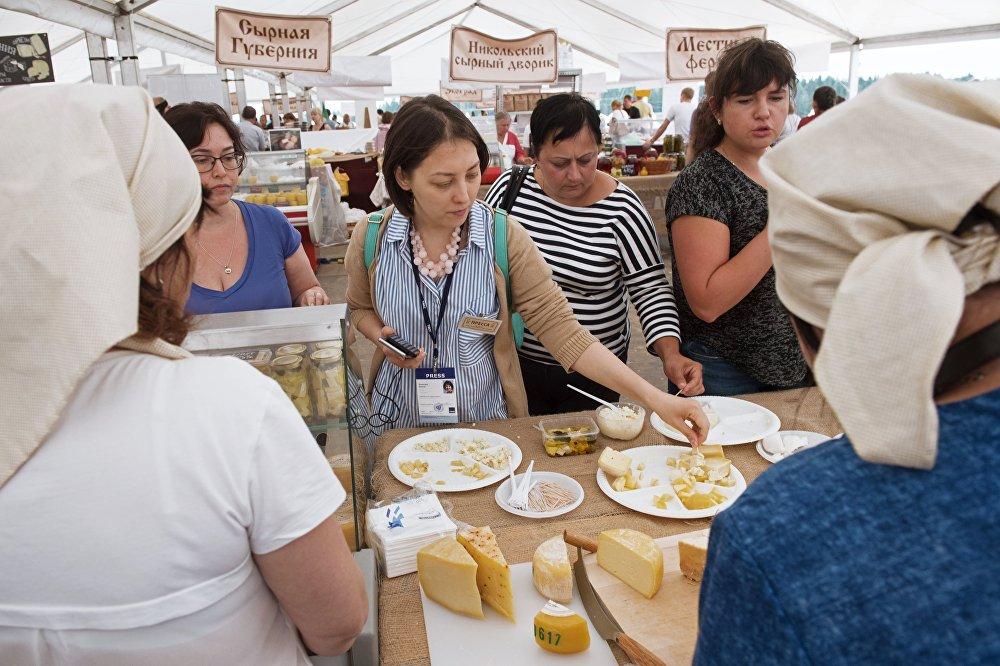 Goście festiwalu rolników serowarów w obwodzie moskiewskim.