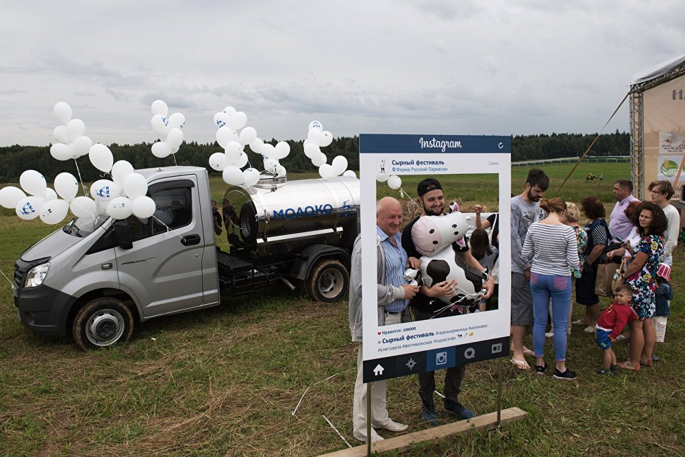 Podczas festiwalu przedstawiciele Ministerstwa Przemysłu obwodu moskiewskiego opowiadali początkującym rolnikom, jak najłatwiej uruchomić własny serowarski punkt zbytu pod Moskwą.