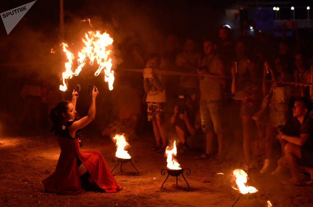 Uczestniczka fire-show na festiwalu sportów ekstremalnych Extreme Krym - 2017