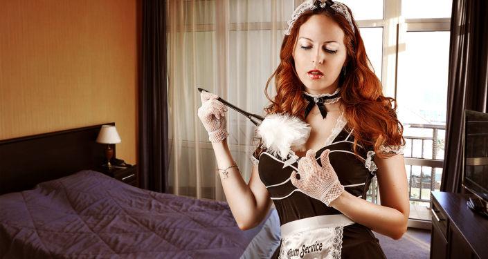 Kobieta w stroju pokojówki