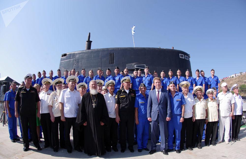 Dowódca rosyjskiej Floty Czarnomorskiej admirał Aleksander Vitko i pełniący tymczasową funkcję gubernatora Sewastopolu Dmitry Ovsyannikov na powitaniu nowego okrętu podwodnego Krasnodar w Sewastopolu