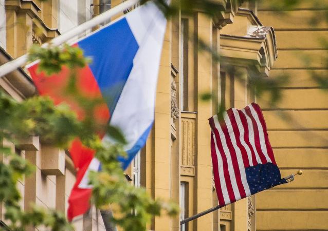 Rosyjska i amerykańska flagi na budynku ambasady USA w Moskwie